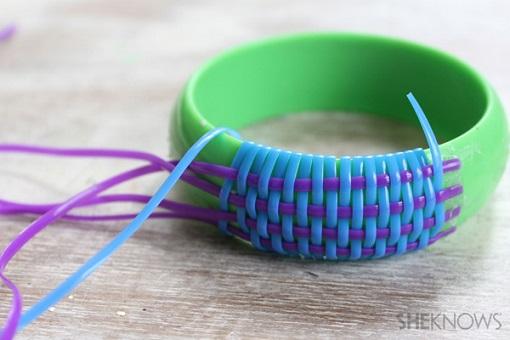 Hacer pulseras de plástico