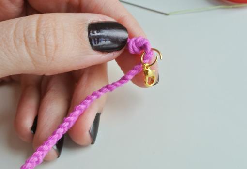 Hacer pulseras de hilo y abalorios DIY