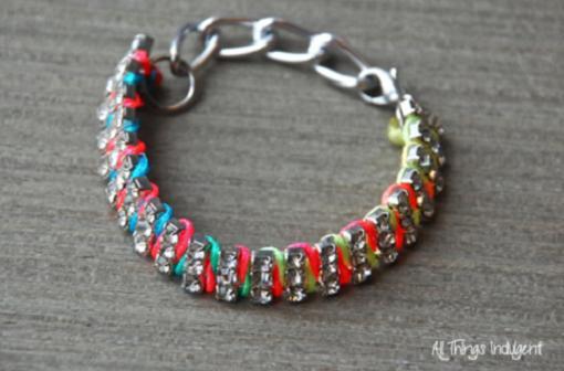 pulseras de hilo con strass y cadenas